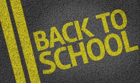 Photo pour De retour à l'école écrit sur la route - image libre de droit