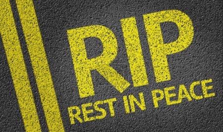 Photo pour RIP - Rest in Peace - écrit sur le fond de la route - image libre de droit