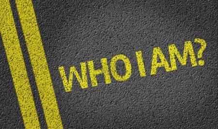 Photo pour Qui je suis ? écrit sur le fond de la route - image libre de droit