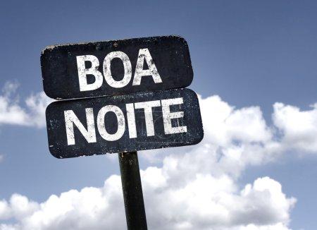 Photo pour Bonne nuit (en portugais) signe avec nuages et fond de ciel - image libre de droit