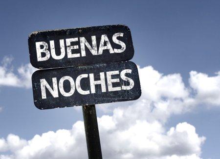 Photo pour Bonne nuit (en espagnol) signe avec nuages et fond de ciel - image libre de droit