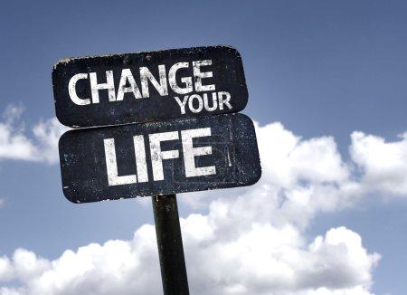 Photo pour Changez votre signe de vie avec des nuages et un fond de ciel - image libre de droit