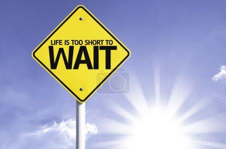 Photo pour La vie est trop courte pour attendre le panneau de signalisation sur fond de soleil - image libre de droit