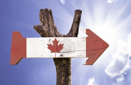 Photo pour Panneau en bois du Canada par une belle journée - image libre de droit