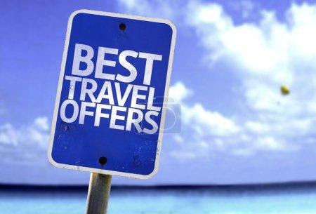 Photo pour Meilleures offres de voyage signe avec une plage sur fond - image libre de droit