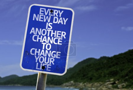 Photo pour Chaque nouveau jour est une autre chance de changer votre signe de vie avec une plage sur fond - image libre de droit