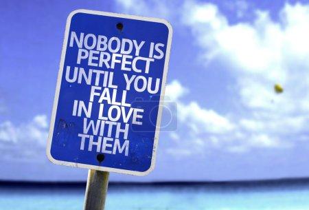 Foto de Nadie es perfecto hasta que le caída en amor con ellos con una playa en fondo - Imagen libre de derechos