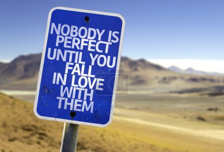 Foto de Nadie es perfecto hasta que le caída en amor con ellos la muestra con un fondo de desierto - Imagen libre de derechos