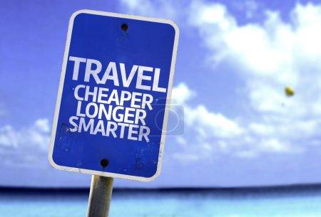 Photo pour Voyage moins cher plus intelligemment signe avec une plage sur fond - image libre de droit
