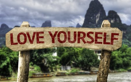 Photo pour Love Yourself panneau en bois avec un fond de forêt - image libre de droit