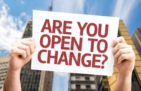 Photo pour Etes-vous ouvert au changement? carte avec un fond urbain - image libre de droit