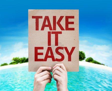 Photo pour Prendre la carte It Easy avec une plage sur fond - image libre de droit