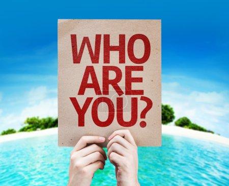 Photo pour Qui es-tu? carte avec une plage sur fond - image libre de droit