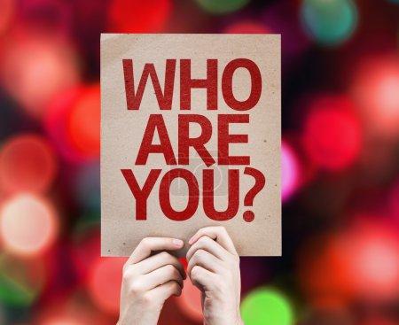 Photo pour Qui es-tu? carte avec un fond coloré avec des lumières défocalisés - image libre de droit