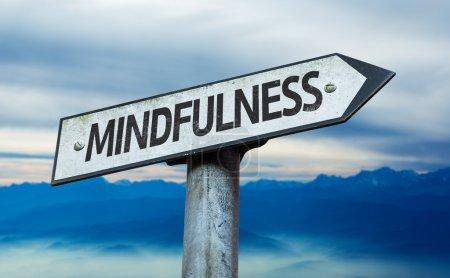 Photo pour Texte : Mindfulness sur signe avec fond de ciel - image libre de droit
