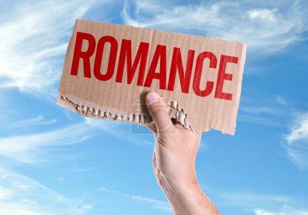 Photo pour Romance de carte dans la main avec fond de ciel - image libre de droit