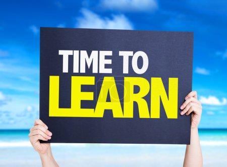 Photo pour Temps pour apprendre carte avec fond de plage - image libre de droit