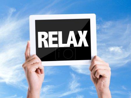 Photo pour Tablette pc avec texte Relax avec fond de ciel - image libre de droit
