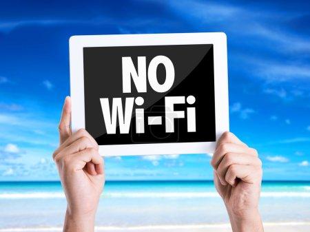 Photo pour Tablette pc avec texte Pas de Wi-Fi avec fond de plage - image libre de droit