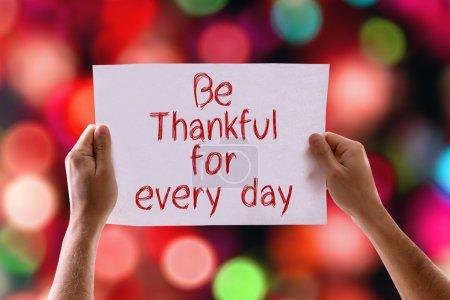 Photo pour Soyez reconnaissants pour chaque carte de jour avec fond bokeh - image libre de droit