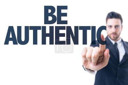 Photo pour Homme d'affaires pointant le texte : Soyez authentique - image libre de droit