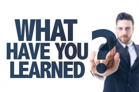 Foto de Hombre de negocios, señala el texto: ¿qué tienes aprendidas? - Imagen libre de derechos