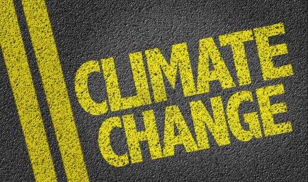 Photo pour Texte de changement de climat écrit sur la route - image libre de droit