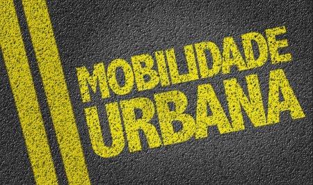 Foto de Movilidad urbana (en portugués) escrita en la carretera - Imagen libre de derechos