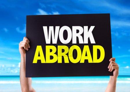 Photo pour Carte de travail à l'étranger avec fond de plage - image libre de droit