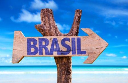 Photo pour Brésil (en portugais) panneau en bois avec fond de plage - image libre de droit