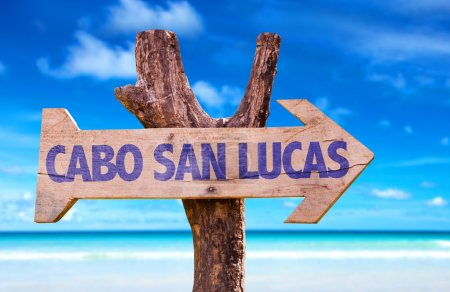 Photo pour Cabo San Lucas panneau en bois avec fond de plage - image libre de droit