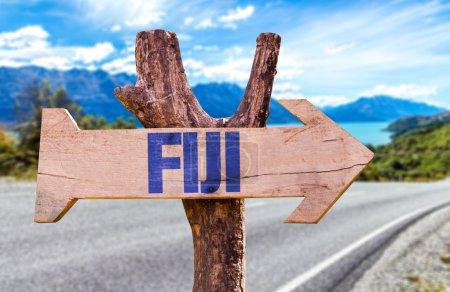 Photo pour Panneau en bois Fidji avec fond de route - image libre de droit