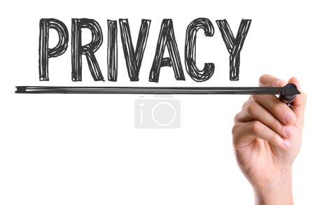 Mano escribiendo la palabra Privacidad