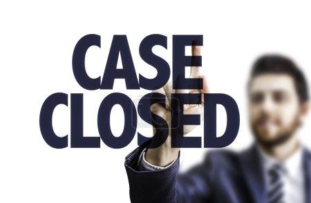 Photo pour Homme pointant du doigt le texte Cas fermé - image libre de droit