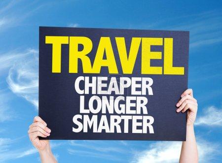 Photo pour Carte-voyage moins cher plus intelligemment avec fond de ciel - image libre de droit