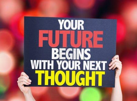 Photo pour Votre avenir commence avec votre prochaine carte de pensée avec fond bokeh - image libre de droit