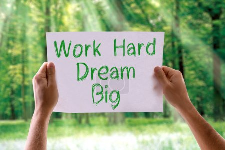 Photo pour Travailler dur rêve grosse carte avec fond nature - image libre de droit