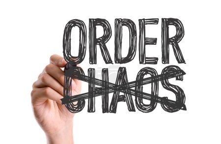 Photo pour Main avec le marqueur écrit les mots ordre Chaos - image libre de droit