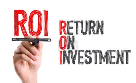 Photo pour Main avec texte d'écriture marqueur : ROI - Retour sur investissement - image libre de droit