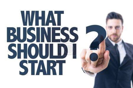 Photo pour Homme d'affaires pointant le texte : Quelle entreprise dois-je commencer ? - image libre de droit