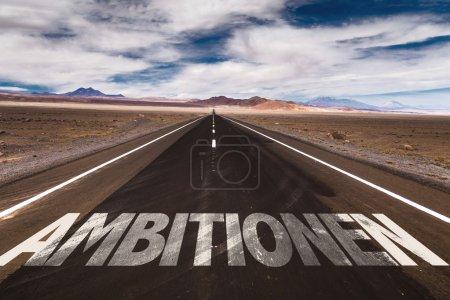 Foto de Ambiciones (en alemán) escritas en el camino del desierto - Imagen libre de derechos