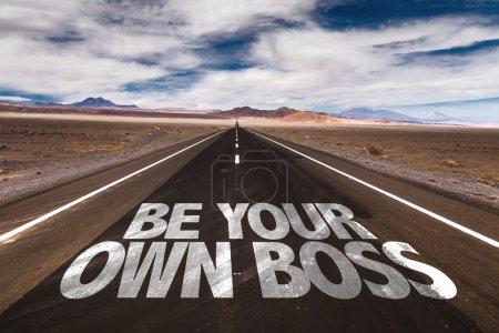 Photo pour Soyez votre propre patron écrit sur la route du désert - image libre de droit