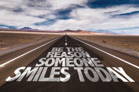 Photo pour Soyez la raison pour laquelle quelqu'un sourit aujourd'hui écrit sur la route du désert - image libre de droit