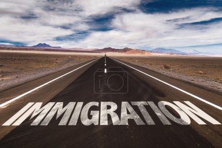 Photo pour Immigration écrite sur la route du désert - image libre de droit