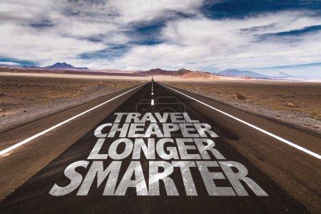 Photo pour Voyage moins cher plus intelligemment écrit sur la route du désert - image libre de droit