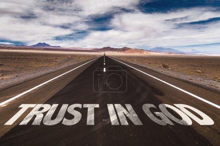 Photo pour Confiance en Dieu écrite sur la route du désert - image libre de droit