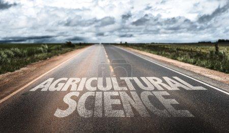 Photo pour Sciences agricoles écrites sur la route rurale - image libre de droit