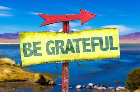 Photo pour Grateful woden signe avec fond de paysage - image libre de droit