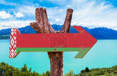 Photo pour Belarus Drapeau panneau en bois avec fond de lac - image libre de droit