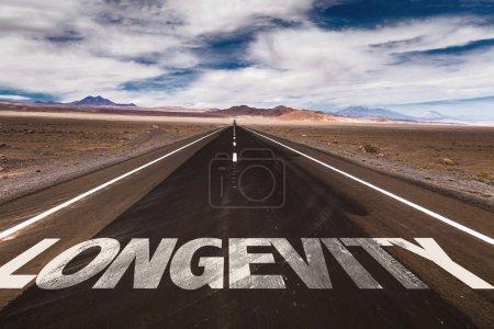 Photo pour Longévité écrite sur la route du désert - image libre de droit